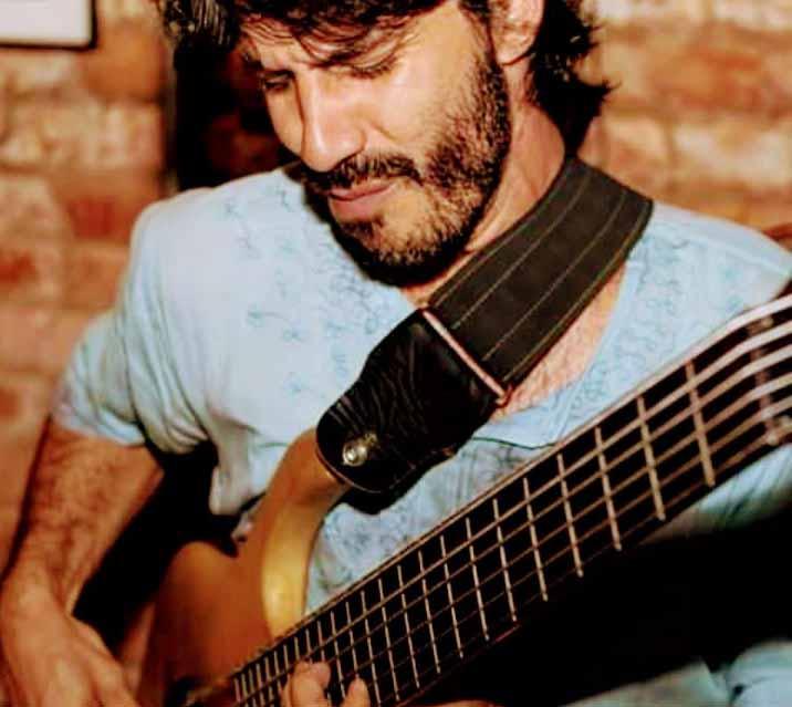 Ítalo Almeida Baixista e compositor